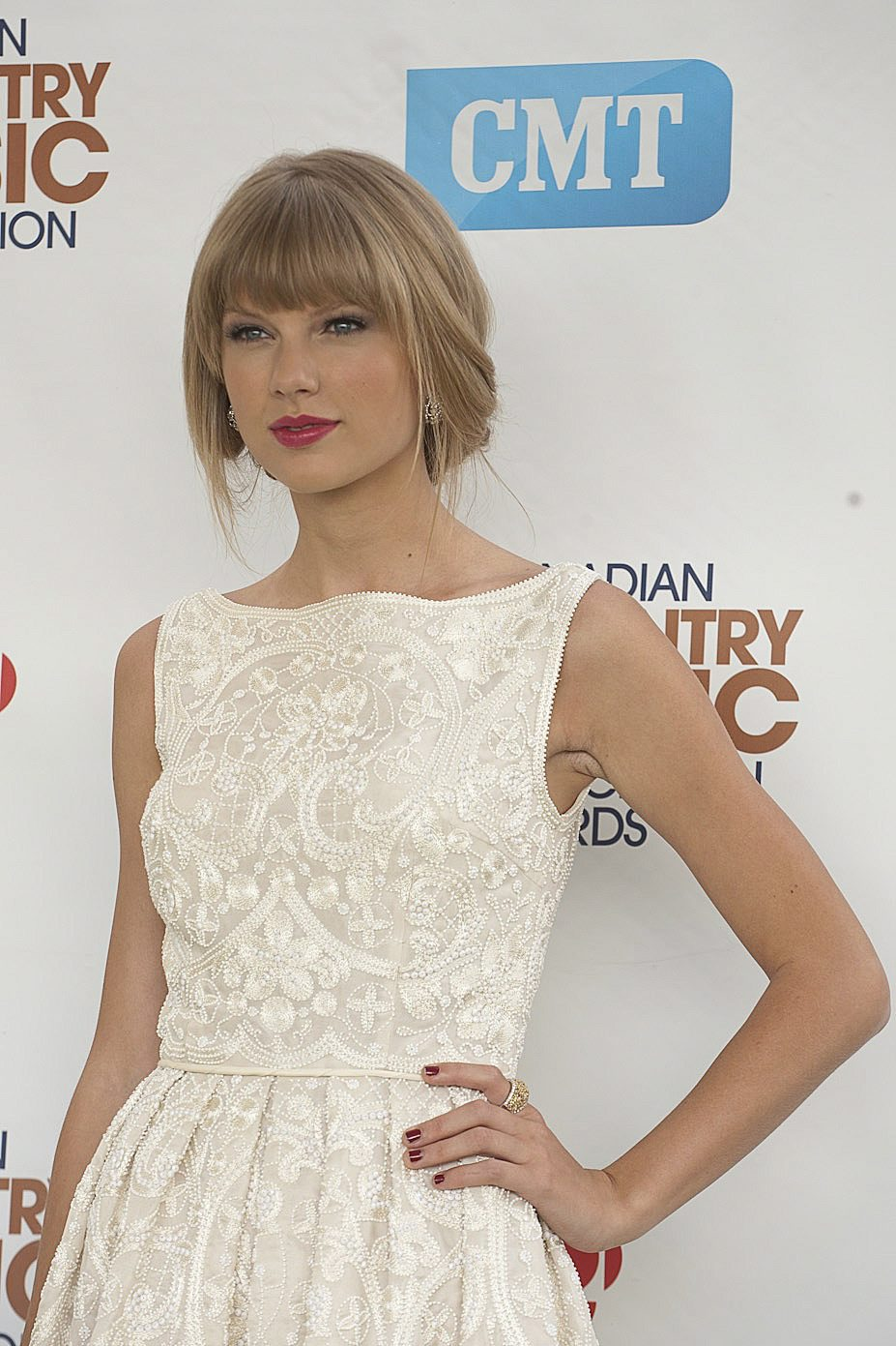 http://www.taylorpictures.net/albums/app/2012/ccmaawards/003.jpg