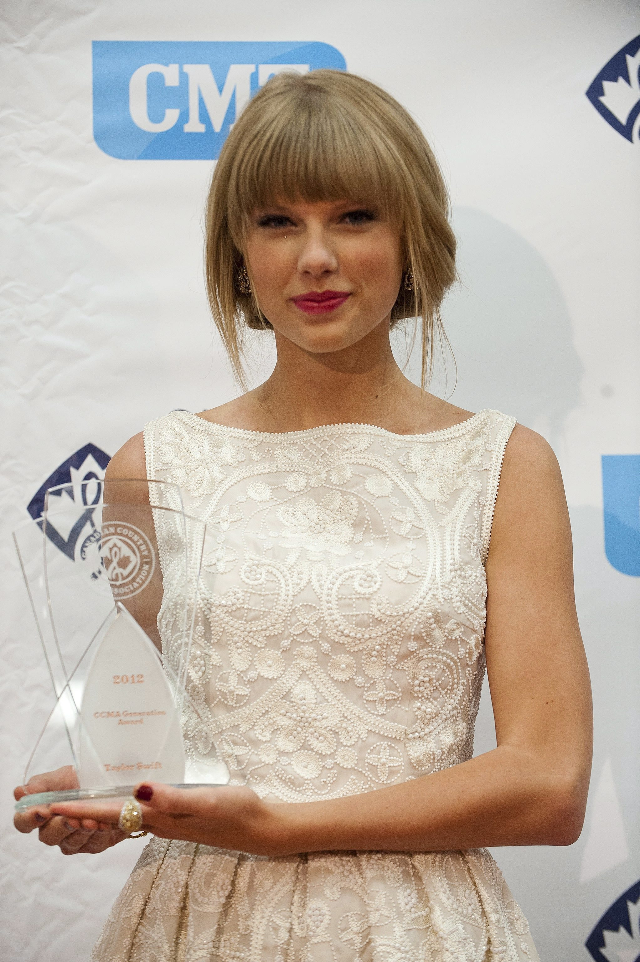http://www.taylorpictures.net/albums/app/2012/ccmaawards/006.jpg