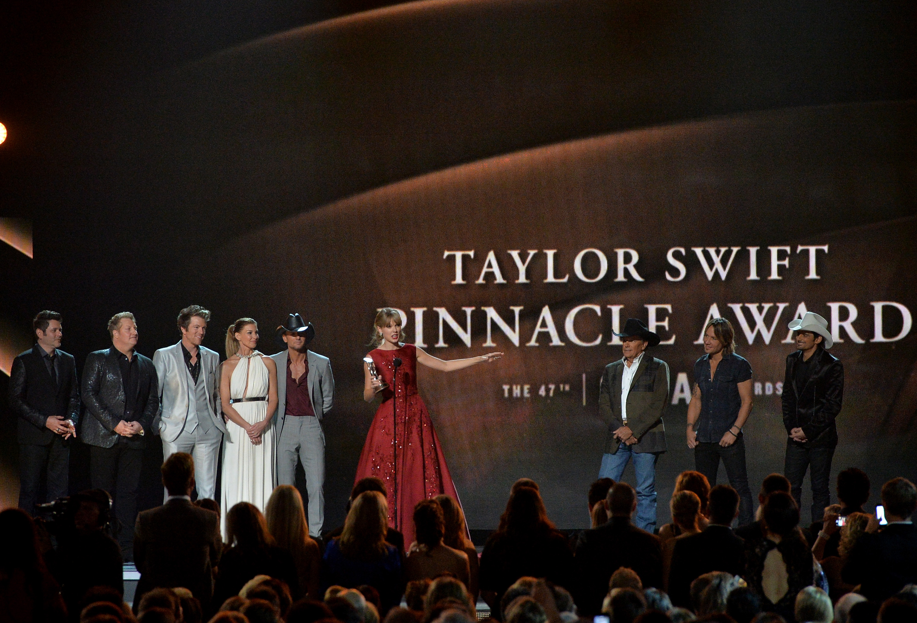 http://www.taylorpictures.net/albums/app/2013/cmaawards/028.jpg
