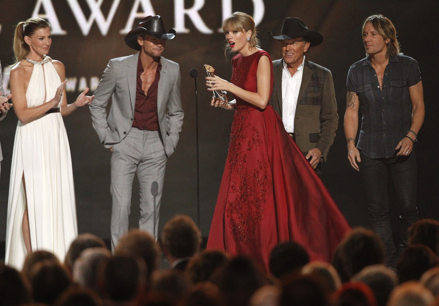 http://www.taylorpictures.net/albums/app/2013/cmaawards/039.jpg