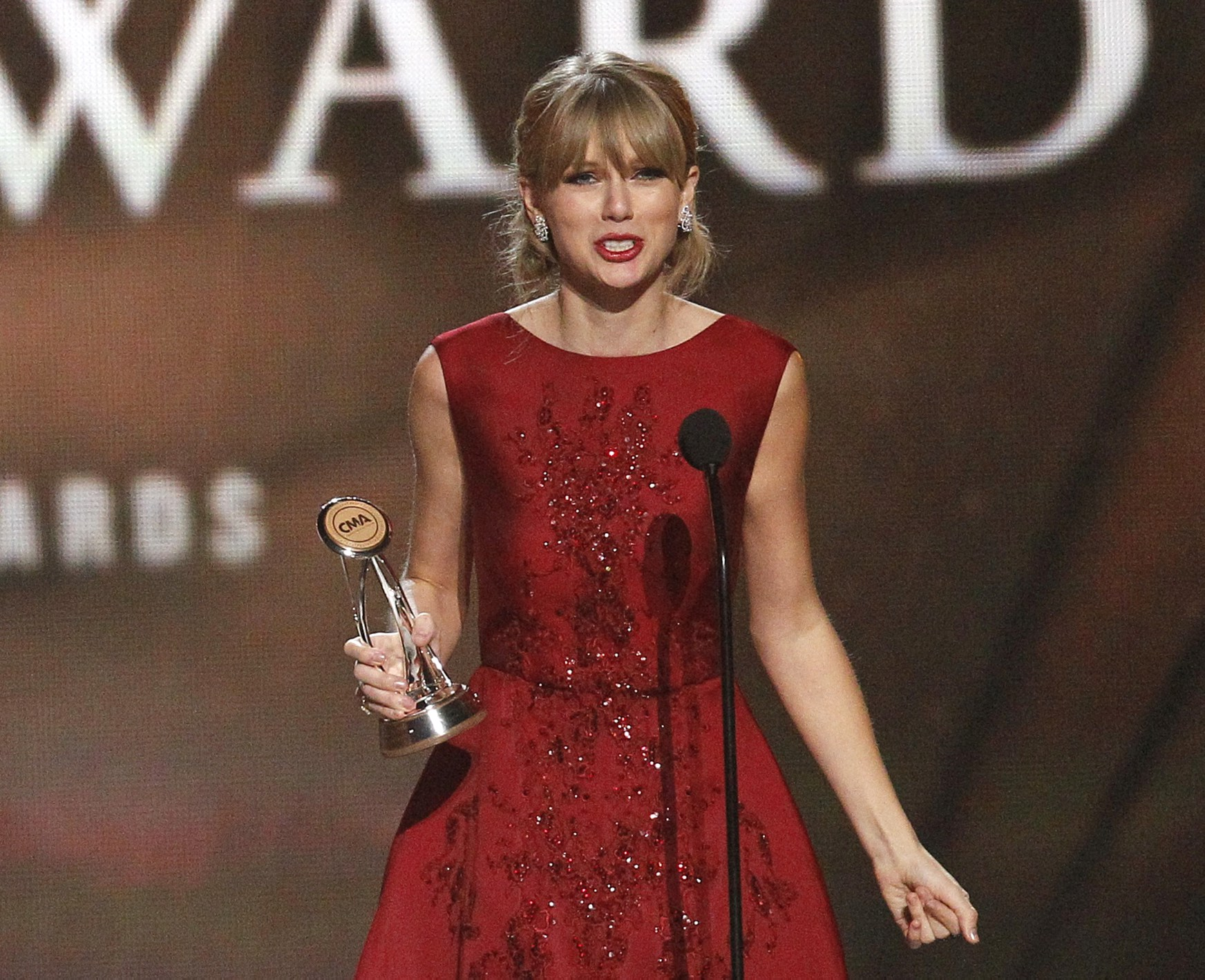 http://www.taylorpictures.net/albums/app/2013/cmaawards/041.jpg