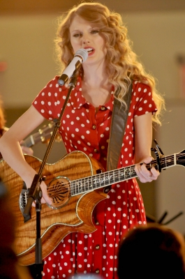 http://www.taylorpictures.net/albums/candids/2010/27-10%20performing%20at%20JFK%20airport/normal_003.jpg