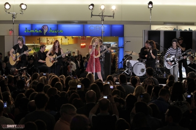 http://www.taylorpictures.net/albums/candids/2010/27-10%20performing%20at%20JFK%20airport/normal_009.jpg