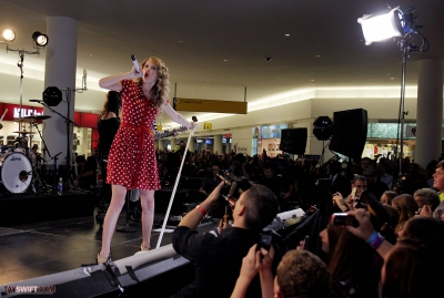 http://www.taylorpictures.net/albums/candids/2010/27-10%20performing%20at%20JFK%20airport/normal_015.jpg
