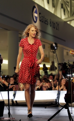 http://www.taylorpictures.net/albums/candids/2010/27-10%20performing%20at%20JFK%20airport/normal_021.jpg