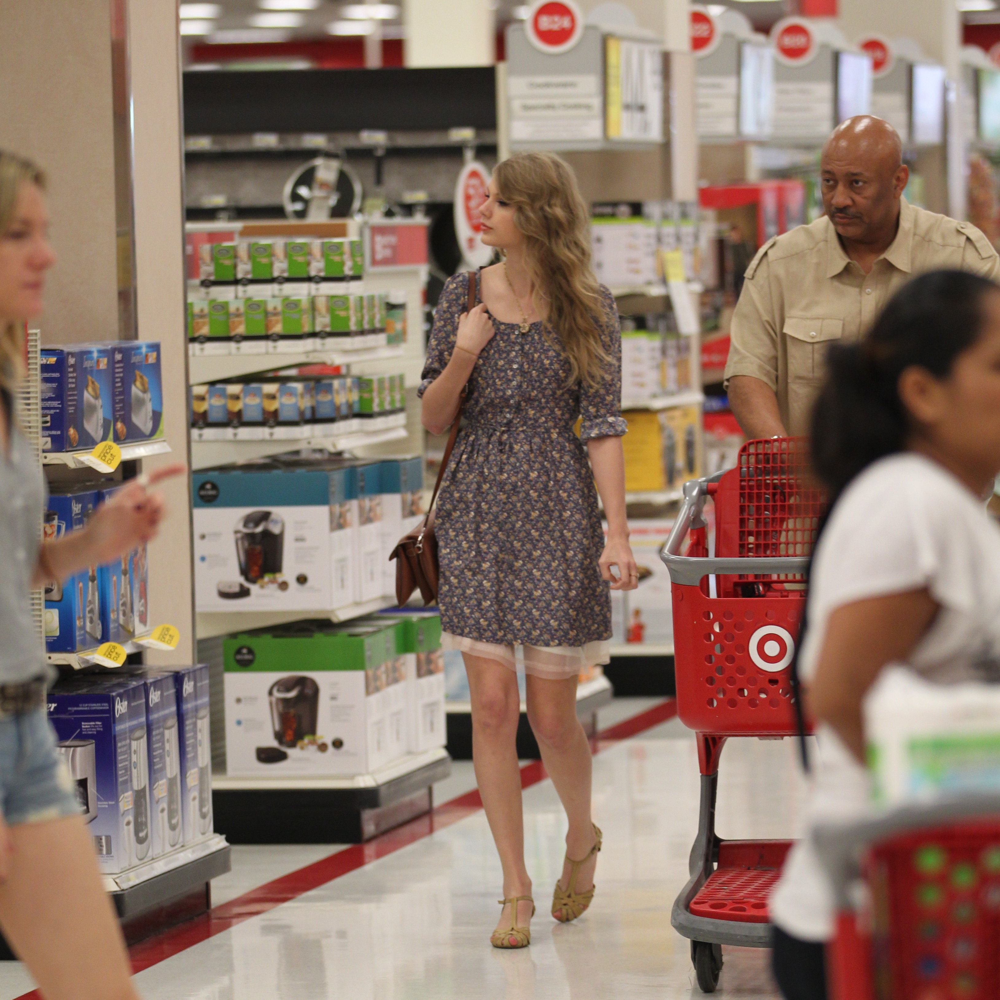 Taylor Swift Shopping At Target, California April 4, 2011 | TAYLOR SWIFT INDONESIA3257 x 3256