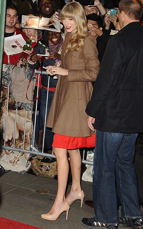 http://www.taylorpictures.net/albums/candids/2012/10-22outsidetheabcstudios/001.jpg