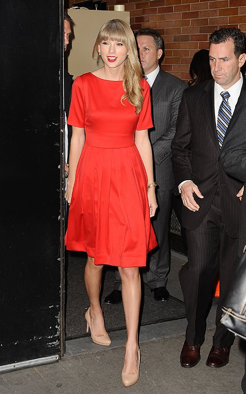 http://www.taylorpictures.net/albums/candids/2012/10-22outsidetheabcstudios/003.jpg