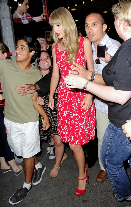 http://www.taylorpictures.net/albums/candids/2012/8-30outsidethemtvstudios/018.jpg