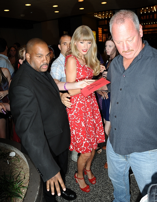 http://www.taylorpictures.net/albums/candids/2012/8-30outsidethemtvstudios/021.jpg