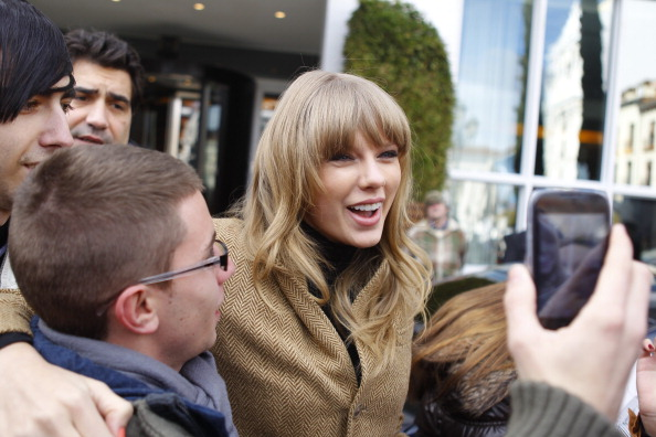 http://www.taylorpictures.net/albums/candids/2013/1-23arrivingatherhotelinmadrid/012.jpg