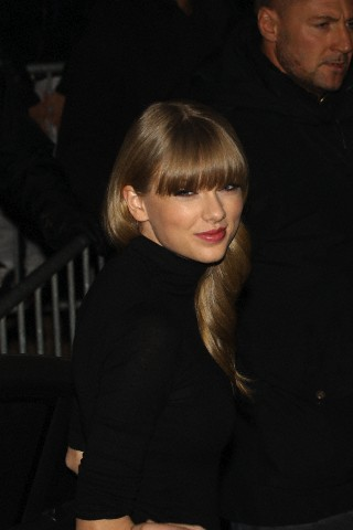 http://www.taylorpictures.net/albums/candids/2013/1-25arrivingtoaboatparty/001.jpg