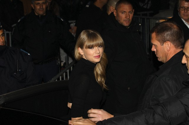 http://www.taylorpictures.net/albums/candids/2013/1-25arrivingtoaboatparty/003.jpg