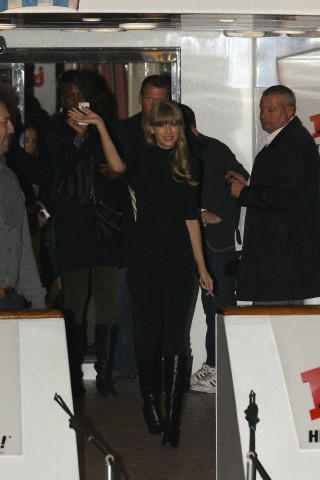 http://www.taylorpictures.net/albums/candids/2013/1-25arrivingtoaboatparty/007.jpg