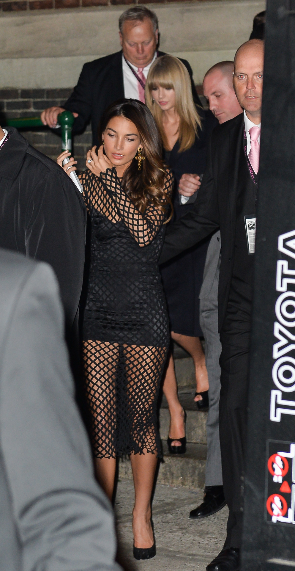 http://www.taylorpictures.net/albums/candids/2013/11-13leavingthevictoriassecretfashionshow/004.jpg
