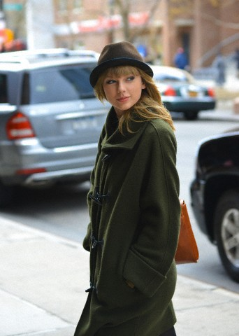 http://www.taylorpictures.net/albums/candids/2013/3-26arrivingatherhotelinnewyorkcity/001.jpg