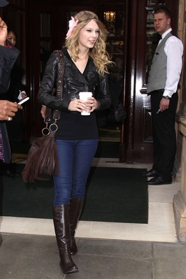 http://www.taylorpictures.net/albums/candids/Taylor%20Swift%20out%20in%20London%20May%209%202009/normal_taylorwebhq03.jpg