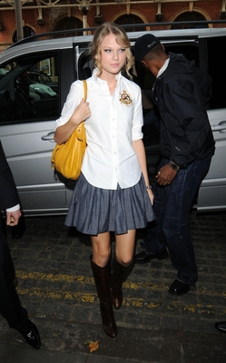 http://www.taylorpictures.net/albums/candids/arriving%20to%20her%20hotel%20august%2021%20again/normal_taylorweb09.jpg