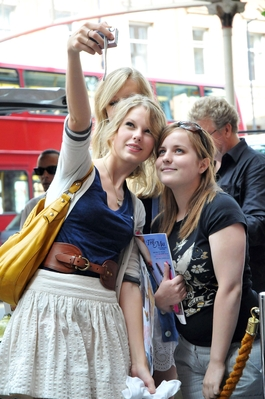 http://www.taylorpictures.net/albums/candids/arriving%20to%20het%20hotel%20august%2020/normal_taylorweb02.jpg