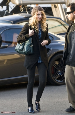 http://www.taylorpictures.net/albums/candids/on%20the%20set%20of%20valentines%20day/normal_038.jpg