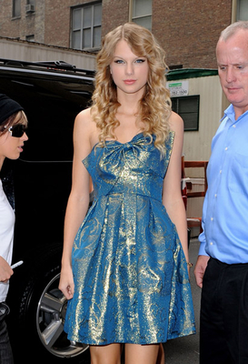 http://www.taylorpictures.net/albums/candids/returning%20to%20her%20hotel%20NY%20september%2015/normal_taylorweb014.jpg