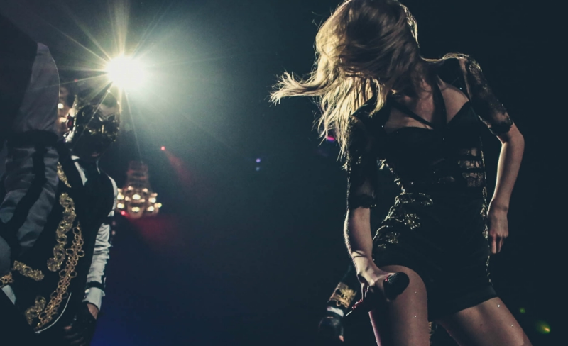 http://www.taylorpictures.net/albums/concerts/2013/redtour/promotionals/005.jpg