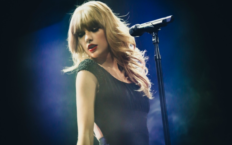 http://www.taylorpictures.net/albums/concerts/2013/redtour/promotionals/008.jpg