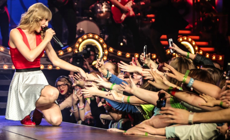 http://www.taylorpictures.net/albums/concerts/2013/redtour/promotionals/012.jpg