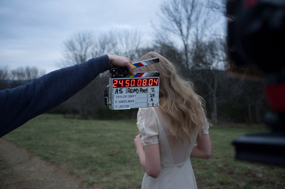 http://www.taylorpictures.net/albums/musicvideos/other/safeandsound/behindthescenes/019.jpg