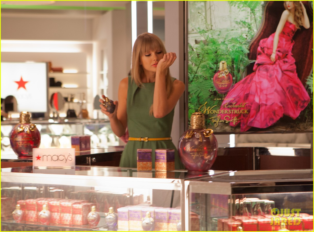 http://www.taylorpictures.net/albums/other/behindthescenes/2012/macys/001.jpg