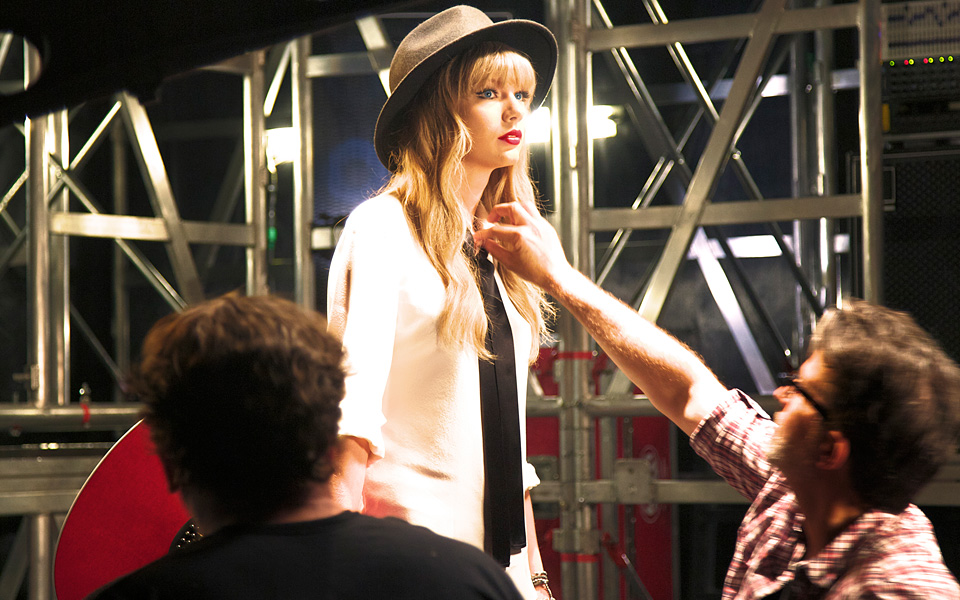 http://www.taylorpictures.net/albums/photoshoots/behindthescenes/2012/mtvvideomusicawards/002.jpg