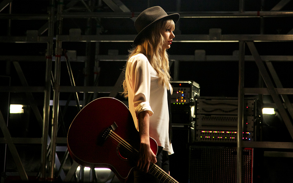 http://www.taylorpictures.net/albums/photoshoots/behindthescenes/2012/mtvvideomusicawards/003.jpg